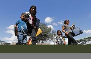 Familias migrantes son procesadas en la Estación Central de Autobuses antes de ser trasladadas a Caridades Católicas,en McAllen, Texas.
