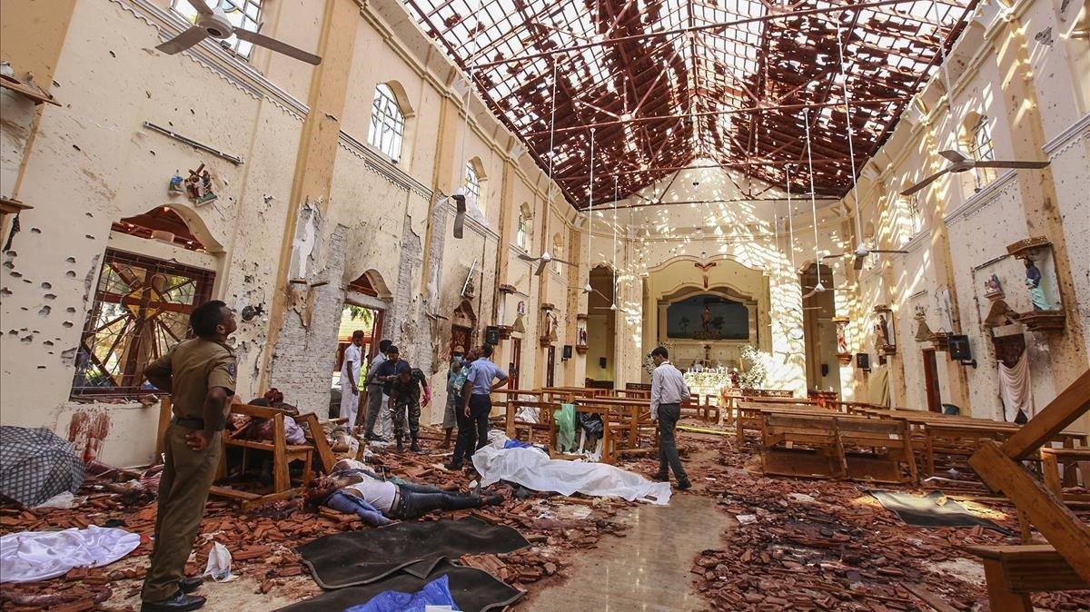Interior de la iglesia de San Sebastián en Colombo, Sri Lanka,tras la explosión.