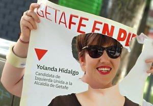 La candidata de IU a la Alcaldía de Getafe, Yolanda Hidalgo, hace un photocall con un cartel del que habían recortado su cara.