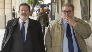 Javier Guerrero, exdirector general de Trabajo de la Junta de Andalucía, y su abogado, en una sesión del juicio del caso ERE