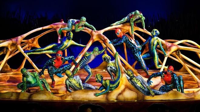 Una colonia de anfibios trepa por el esqueleto de una gigantesca tortuga en 'Totem'.