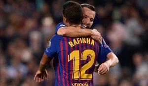 Jordi Alba abraza a Rafinha tras el 1 - 0