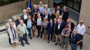 Jorge Herralde, con sus autores, editores y agentes internacionales, en la celebración del 50 aniversario de su editorial.