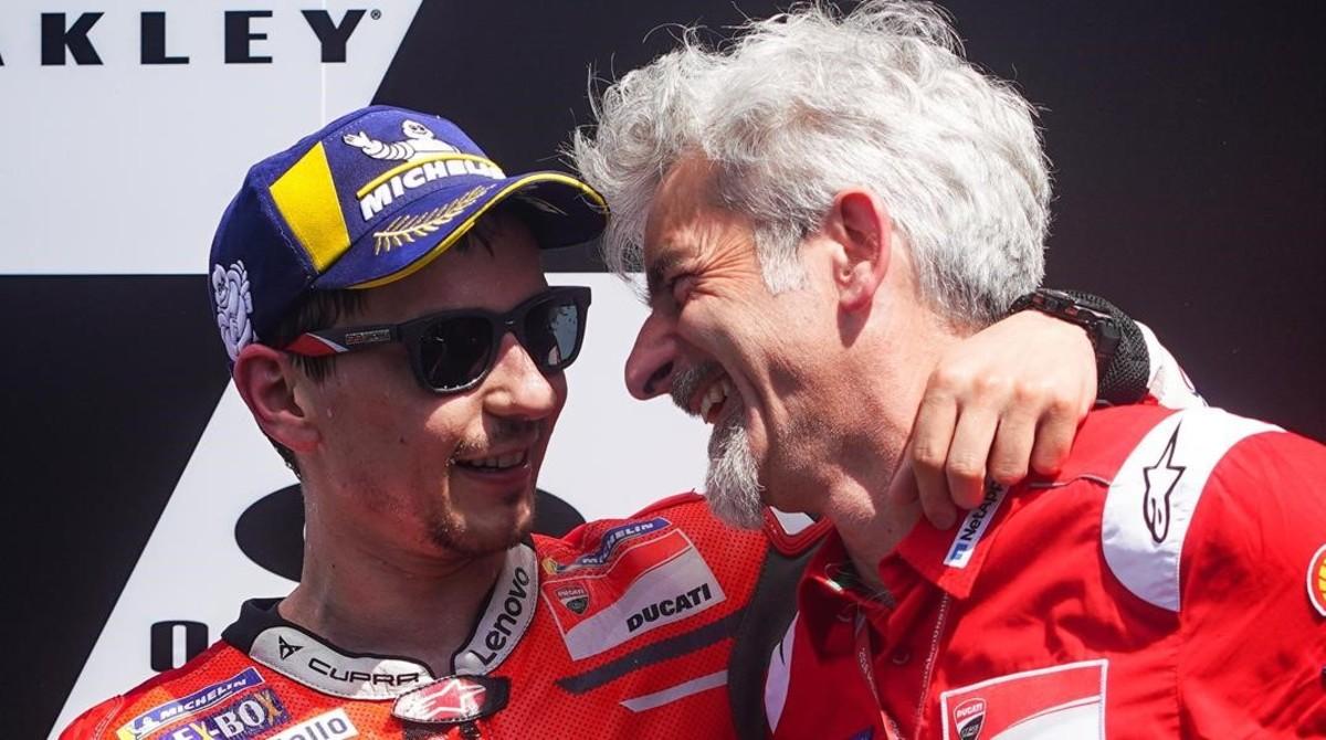 Jorge Lorenzo se abraza al ingeniero Gigi DallIgna, que es quien lo llevó a Ducati.