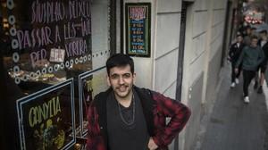 Pol Pedret, copropietario del bar Pietro, junto al cartel que pide ceder el paso a las ancianas.