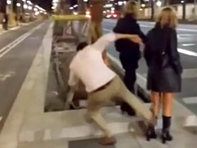 Un jove dona una brutal puntada de peu a una noia a la Diagonal de Barcelona.