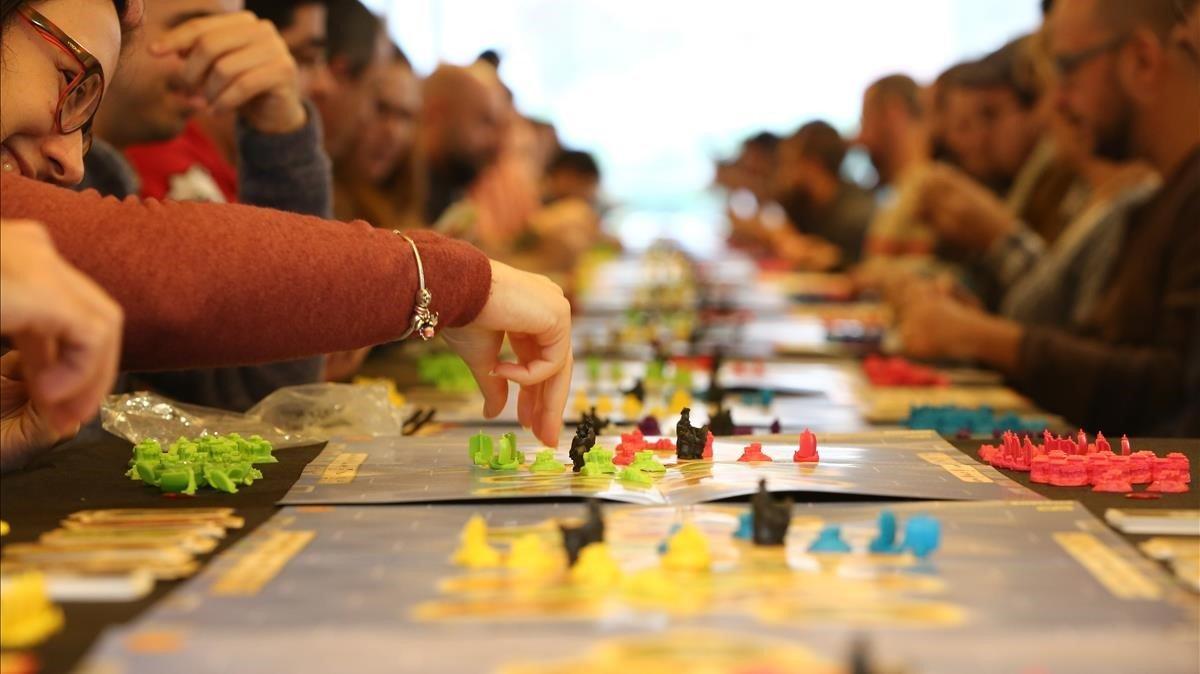 Jóvenes jugando al juego de mesa Catan en Barcelona