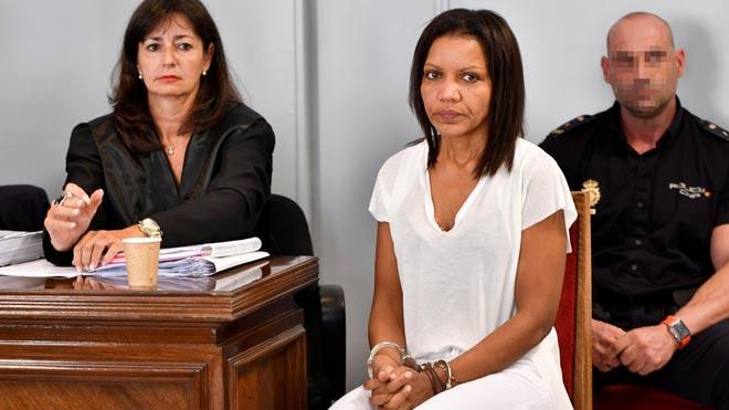 Ana Julia Quezada (c), autora confesa de la muerte de Gabriel Cruz, al comienzo de la vista hoy en la Audiencia de Almería.