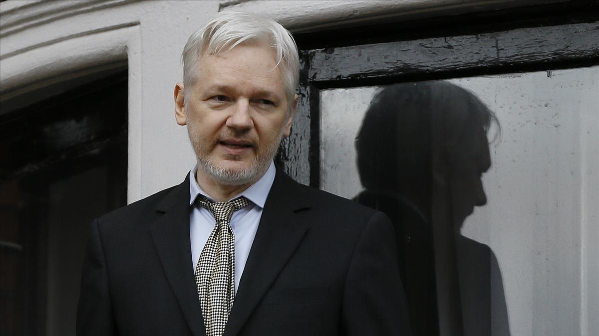 Julian Assange en el balcón de la embajada de Ecuador en Londres.