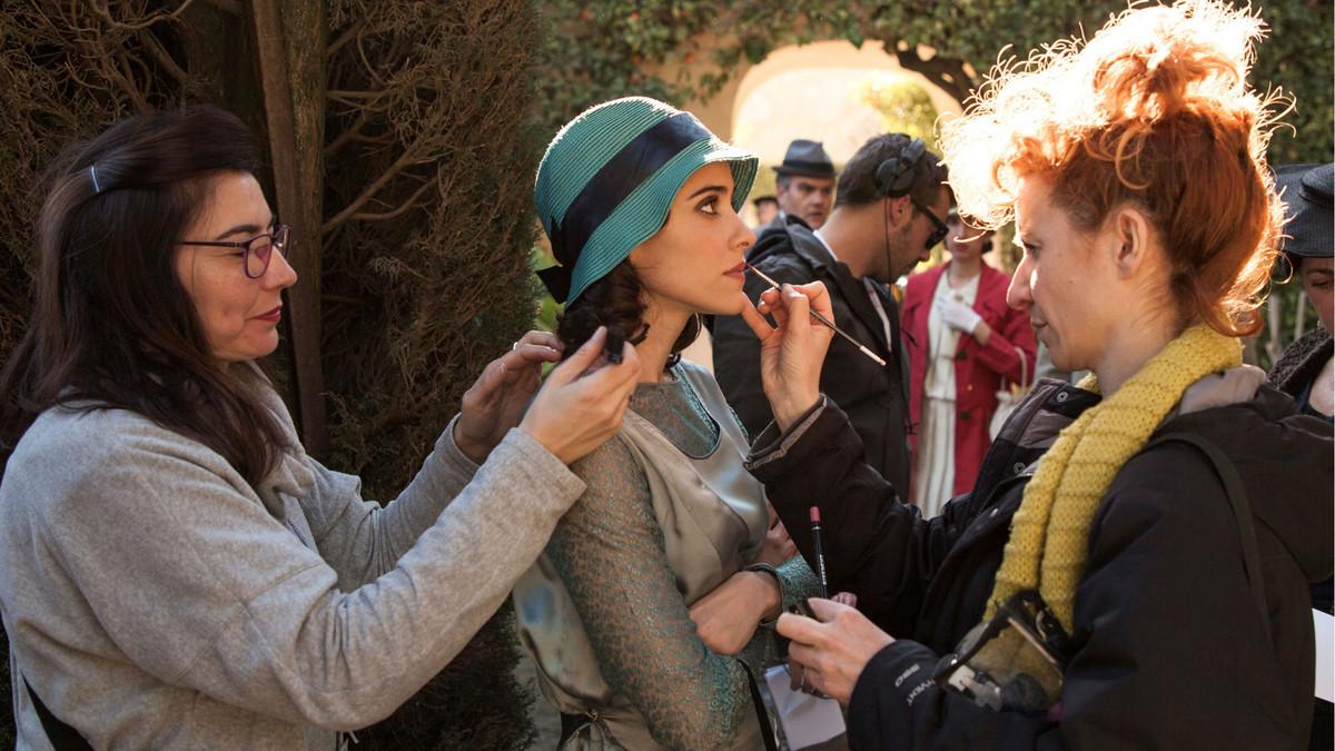 Asistentas de maquillaje preparando a Macarena García para en rodaje en el Alcázar