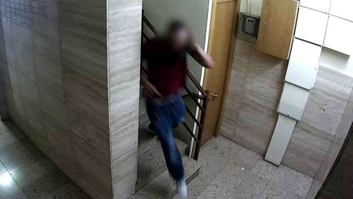 Imagen del ladrón de ancianas captada por la cámara de seguridad de un edificio en el que entró a robar.
