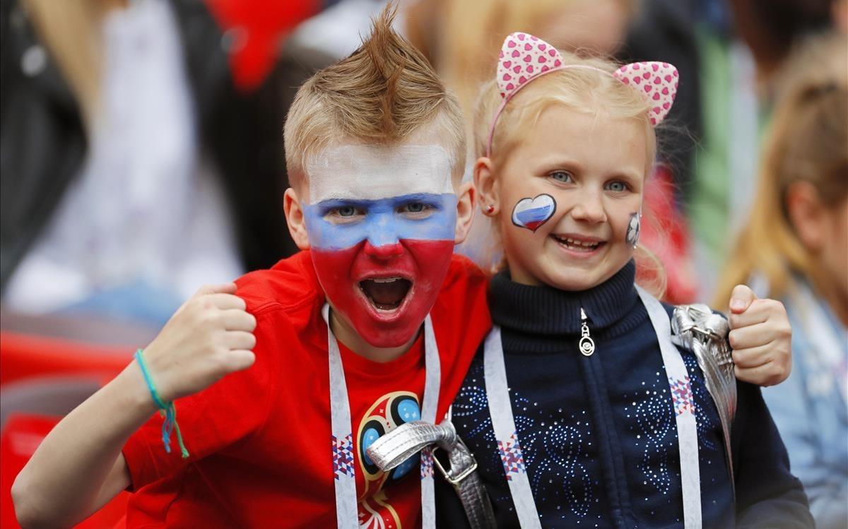 Disfraces y caras pintadas en homenaje a la madre Rusia.