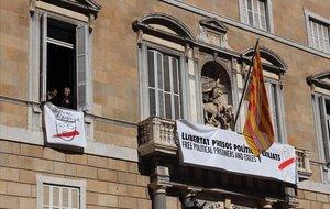 Las dos nuevas pancartas en la fachada de la Generalitat.