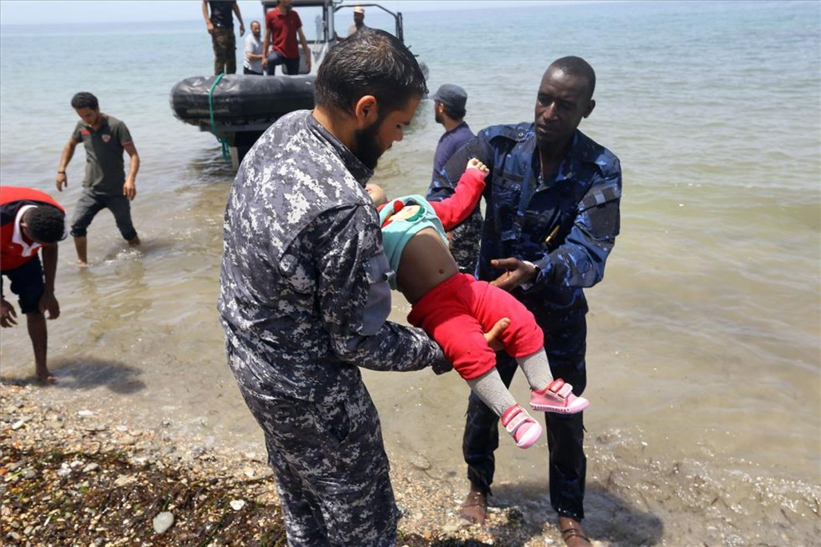 Las fuerzas de seguridad de Libia rescatan el cuerpo de un bebé tras el naufragio de un bote que trataba de llegar a Europa.