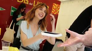 Leticia Dolera, en su primera Sant Jordi, firmando ejemplares de Morder la manzana.