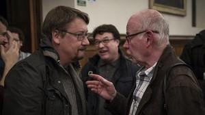Xavier Domènech habla conJordi Borja, militante histórico del PSUC, junto aJoan Josep Nuet