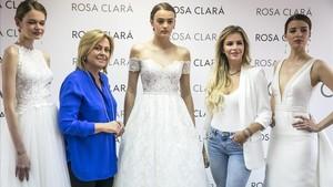 Rosa Clará y Águeda López, la esposa de Luis Fonsi, en el showroom de la firma núpcial.
