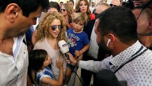 Shakira con sus hijos, en el aeropuerto de Beirut, el pasado julio.