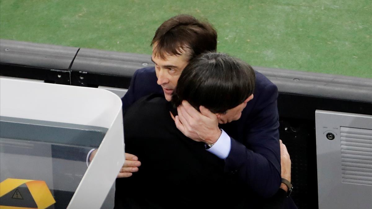Lopetegui se abraza a Löw, su colega alemán, tras el empate en Dusseldorf.