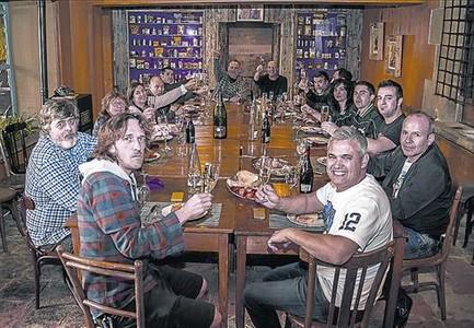 Los chefs de Osona Cuina, tomando una cerveza.