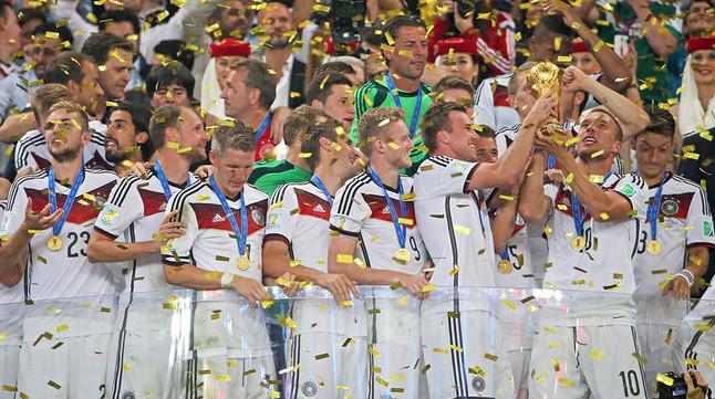 Los jugadores de Alemania, con la Copa del Mundo, en Maracaná.
