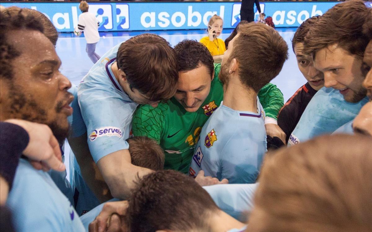 Los jugadores del Barça hacen piña tras conquistar la Liga en Cuenca el pasado miércoles