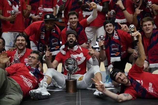 Los jugadores del Baskonia, con Shengelia en el centro, celebran la liga conquistada en Valencia a finales de junio