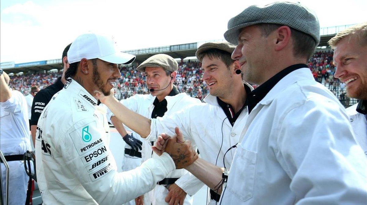 Los mecánicos del equipo Mercedes celebran, vestidos de época, los 125 aniversario de la fábrica con la 87 'pole' de Lewis Hamilton.