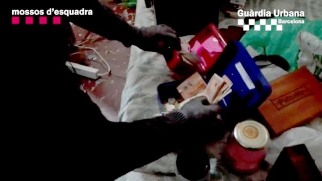 Los Mossos y la Guàrdia Urbana desmantelan un punto de venta de droga en el Turó de la Peira de Barcelona.
