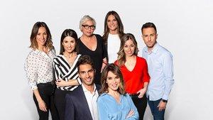 Los presentadores y el equipo de reporteros de 'Cuatro al día', con Carme Chaparro y Santi Burgoa en el centro.