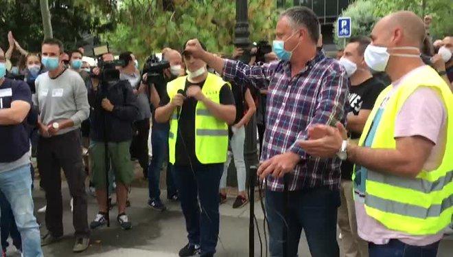 Los trabajadores de Nissan reciben el apoyo del colectivo de taxistas, en el centro de Barcelona.