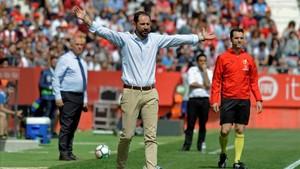 Machín, el técnico del Girona, da instrucciones a sus jugadores en el duelo contra el Espanyol.