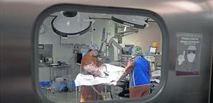 Un malalt, en una sala preoperatòria de l'Hospital de Bellvitge.
