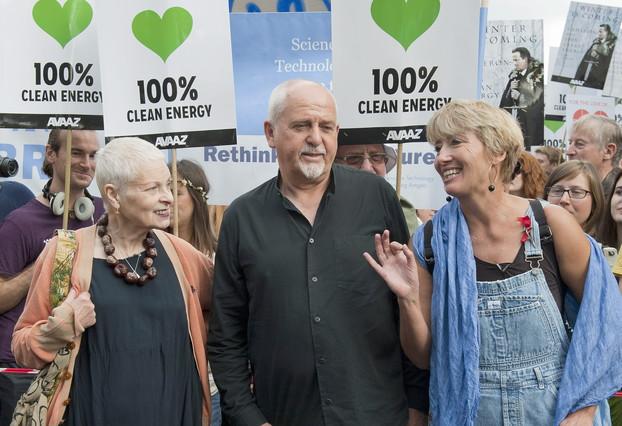 La diseñadora Vivienne Westwood, el músico Peter Gabriel y la actriz Emma Thompson, en la marcha de Londres.