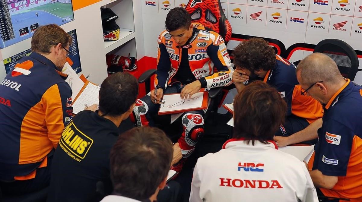 Marc Márquez analiza, en Assen, su telemetria en compañía de su equipo técnico.