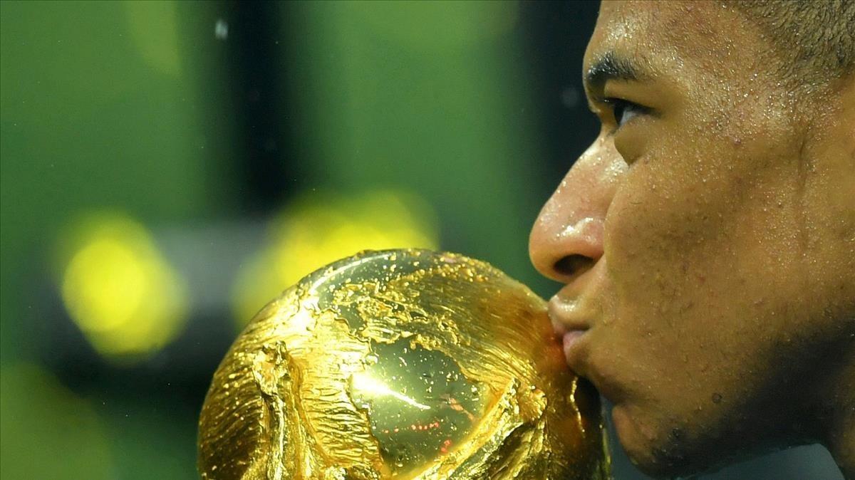 Mbappé besa la Copa del Mundo en Moscú.