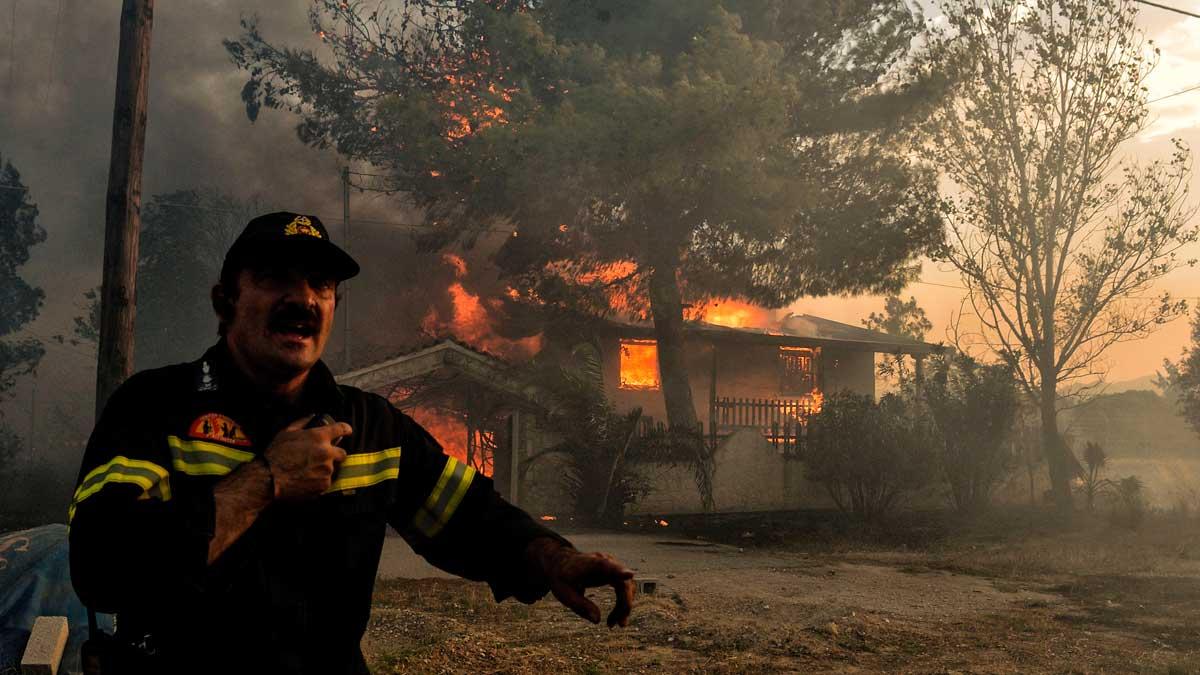 Al menos 50 muertos en los incendios deGrecia. Las llamas rodean la capital del país, Atenas.