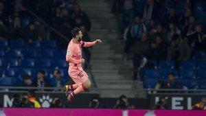 Messi celebra uno de sus goles de falta al Espanyol en el derbi de Cornellà.