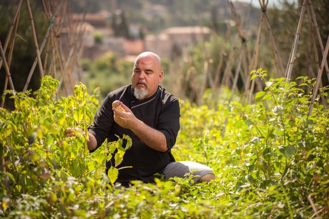 El chef Joan Bagur, en el huerto con productos mexicanos que tiene su restaurante Oaxaca en Riells del Fai (Vallès Oriental).