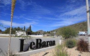 Vista de la entrada a la comunidad LeBarón en el norte de México.