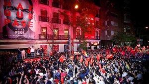 Militantes del PSOE frente a la sede de Ferraz en la noche electoral.