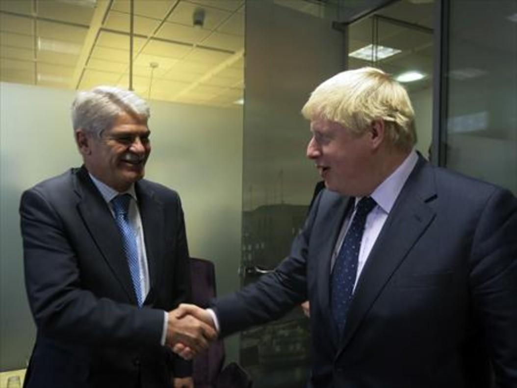 El ministro de Exteriores, Alfonso Dastis (izquierda), saluda a su homólogo británico, Boris Johnson, en Bruselas.