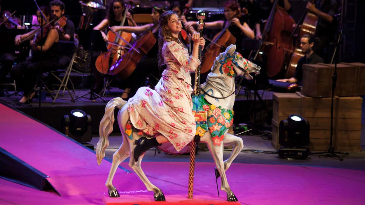 Un momento de la representación de Carousel en el Teatre Grec