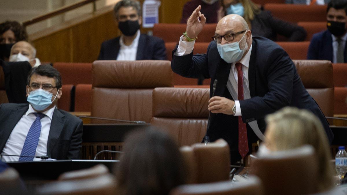 El dirigente de Vox, Alejandro Fernández, que con un ostensible cabreo afirmó a la porra, coño, a tomar por culo, hombre, y tras dar un duro golpe al micrófono abandonó el hemiciclo.
