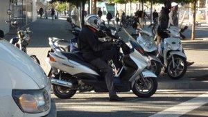 Motoristas en una calle de Barcelona.