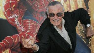 Stan Lee haciendo el famoso gestos de una de sus creaciones, Spiderman
