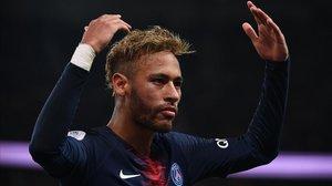 Neymar anima a la hinchada del PSG en el Parque de los Príncipes.