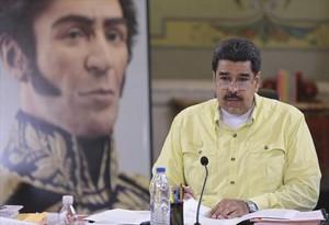 Nicolás Maduro, ante un retrato de Simón Bolívar, se dirige a sus ministros en el Palacio de Miraflores, ayer en Caracas.