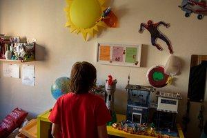 Áxel , niño trans de 10 años, en su cuarto.