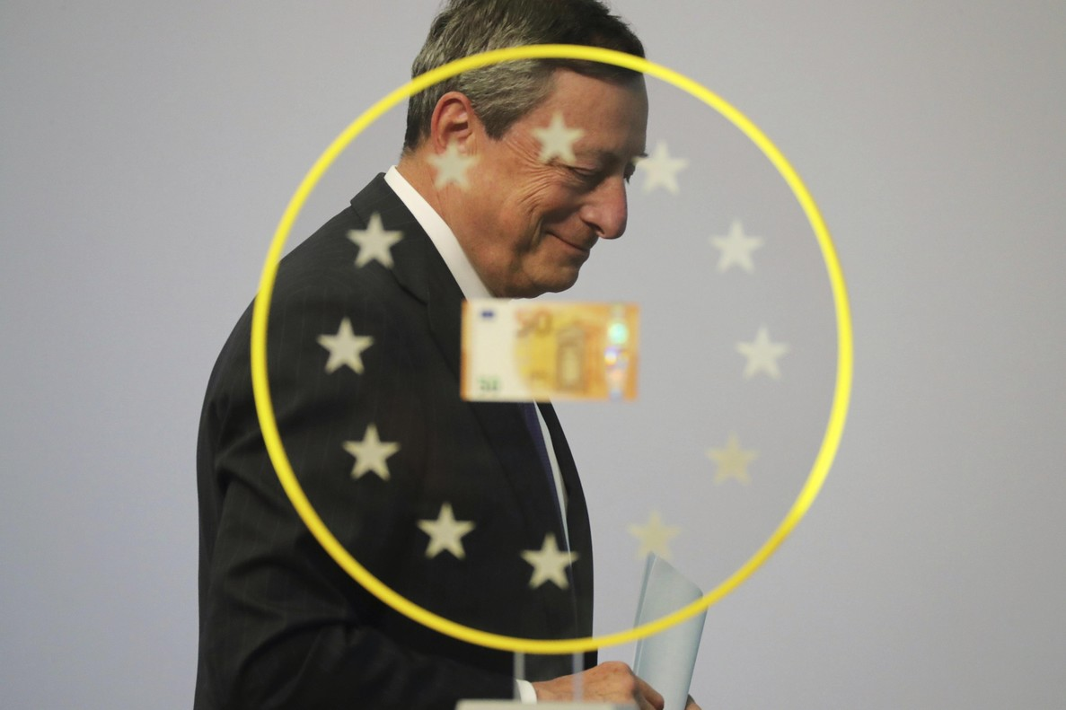 Mario Draghi tras un billete de 50 euros.